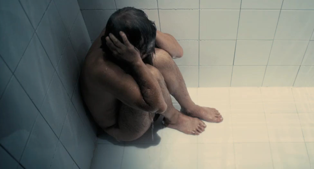 milos tomando una ducha serbia