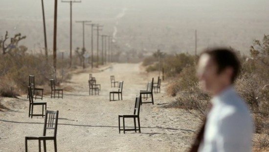 el camino y las sillas