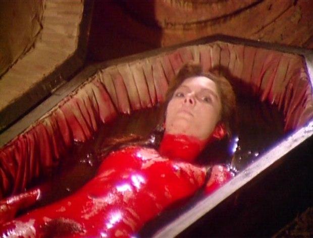justine en un baño de salsa