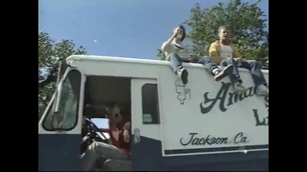 mira que locos, toman y manejan y se suben arriba de un carro de alguien que va tomando y manejando.jpg